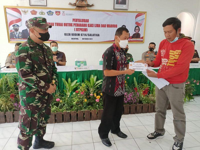 Bantuan senilai masing-masing Rp1,2 juta itu disalurkan oleh Kodim 0714 kepada 6.500 PKL dan pemilik warung di Semarang dan Salatiga. (Foto:MC Kab Semarang)
