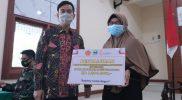 Wali Kota Surakarta Gibran Rakabuming secara simbolis menyerahkan bantuan kepada perwakilan pedagang kaki lima dan pemilik warung di Aula Dharmawangsa Kodim 0735/Surakarta, Selasa (12/10/2021). (Foto:MC Surakarta)
