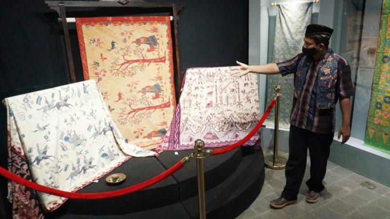 Batik Indonesia menjadi pasar potensial, yang beberapa tahun belakangan ini diserbu batik printing dalam dan luar negeri. Padahal Batik printing sebetulnya tak layak disebut batik, melainkan kain atau tekstil bermotif batik yang diproduksi dengan mesin. (Foto: Diskominfo Pekalongan)