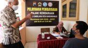 Ganjar Pranowo berbincang dengan salah satu warga desa Bandungharjo yang membayar pajak kendaraan dengan cara dicicil. Program talangan ini diprakarsai BUMDes Cindelaras untuk membantu warga.(Foto: Humas Jateng)