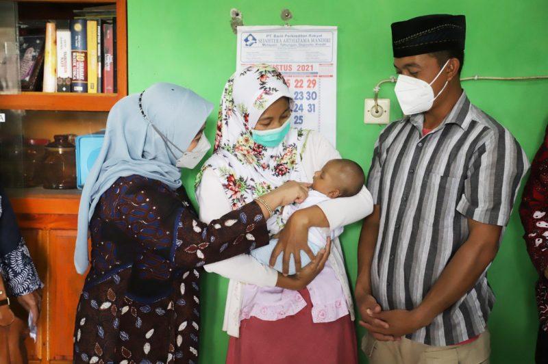 Bupati Sleman, Kustini Sri Purnomo memberikan bantuan untuk Salma Qois Habibah, bayi berusia 2 bulan yang menderita penyakit kelainan jantung. (Foto: Humas Sleman)