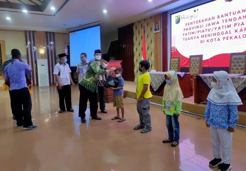 Sebanyak 46 anak menerima bantuan paket sekolah dari pemerintah Kota Pekalongan dan Badan Amil Zakat Nasional. (Foto: Dinkominfo Kota Pekalongan)