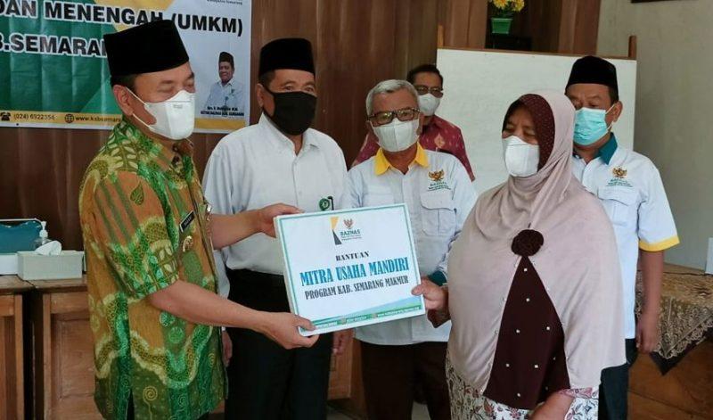 Baznas Kabupaten Semarang memberikan bantuan kepada UMKM yang nyaris gulung tikar karena pandemi Covid-19. (Foto:Diskominfo Kab Semarang)