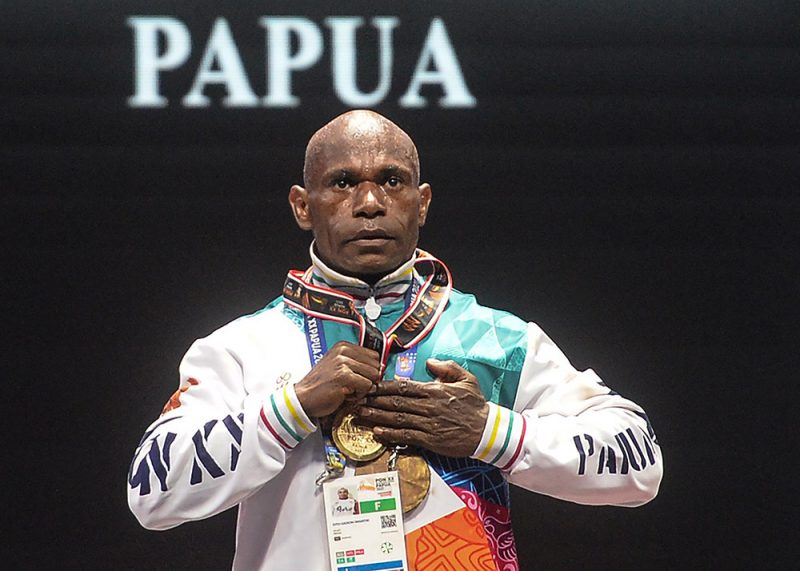 Atlet binaraga Papua Oto Gidion Wantik memegang medali emas binaraga kelas 65 kilogram PON Papua di Auditorium Universitas Cenderawasih, Jayapura, Papua, Senin (4/10/2021). Oto Gidion Wantik meraih medali emas, medali perak diraih atlet binaraga DIY Bambang Sujatmoko dan medali perunggu diraih atlet binaraga Jawa Timur Kariyono. (ANTARA FOTO/Indrayadi TH/tom)