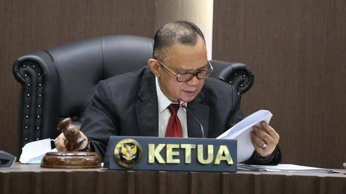 Ketua Majelis Alfitra Salamm pada sidang DKPP menyatakan, dalam amar perkara nomor 165-PKE-DKPP/IX/2021, DKPP menjatuhkan sanksi peringatan keras dan pemberhentian dari jabatan ketua kepada Ketua KPU Kabupaten Sabu Raijua, Kirenius Pajdi. (Foto: DKPP)