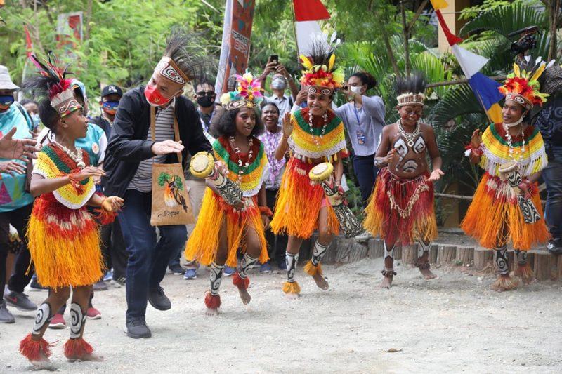 Ganjar diajak menari dan bernyanyi Burure, tarian dan lagu khas Papua. (Foto: Humas Jateng)