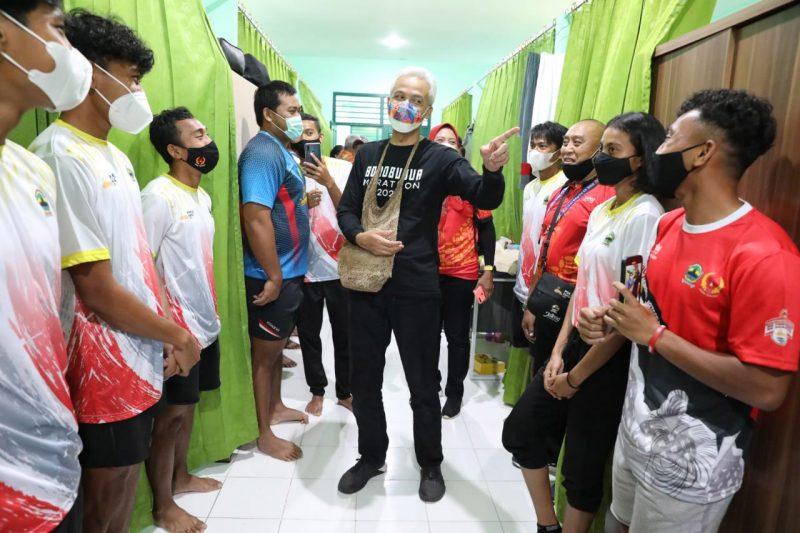 Selama di Papua, Ganjar Pranowo menyempatkan diri mengunjungi wiswa atlet yang diperuntukkan bagi tim Jateng di sejumlah tempat. Tak hanya memberikan motivasi, Ganjar juga memastikan kondisi atletnya selama di Papua. (Foto:Humas Jateng)