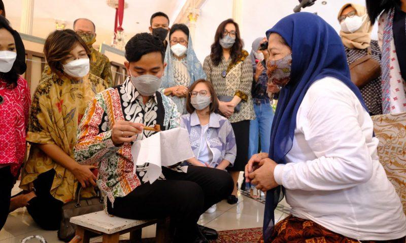 """Wali Kota Surakarta Gibran Rakabuming menggoreskan canting membuka pameran """"Living in Heritage"""" dalam rangka Hari Batik Nasional 2021. (Foto: Humas Pemkot Surakarta)"""