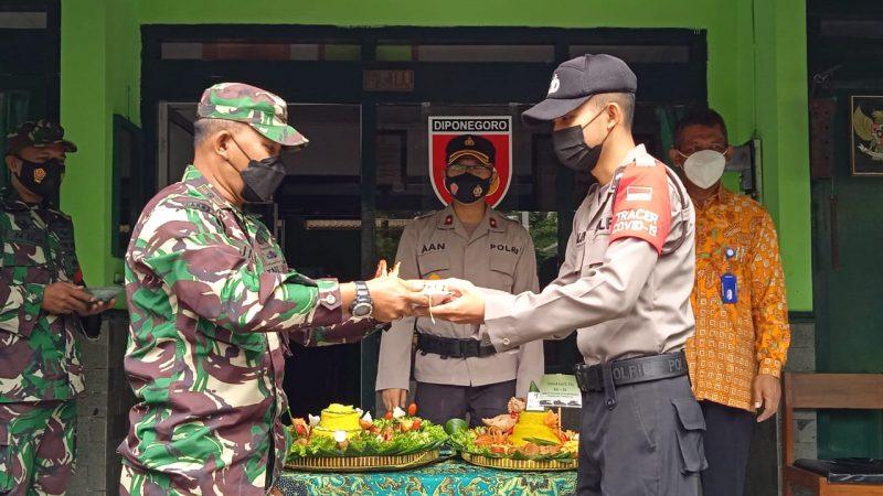 Danramil Gamping menerima hadiah tumpeng dari Polsek Gamping.  (Foto: Koramil 17/Gamping)
