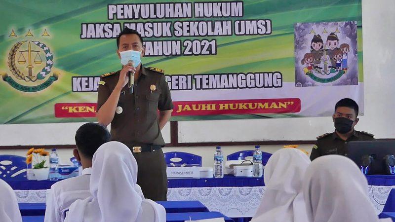 Program Jaksa Masuk Sekolah di Temanggung bertujuan untuk mengenalkan produk hukum seperti undang-undang, serta mengenal lembaga Kejaksaan dan tugasnya di kalangan pelajar. (Foto:MC Kab Temanggung)