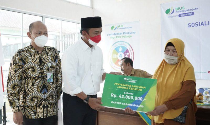 BPJamsostek Cabang Batang menyerahkan santunan kematian RT. Kepala BPJamsostek Cabang Batang Bambang Indriyanto mengatakan, bahwa kegiatan hari ini untuk penyaluran santunan kematian dari tahun 2019 sampai tahun 2021 total Rp2,1 miliar. (Foto:MC Batang)