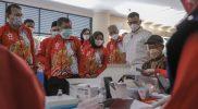 JK didampingi Bupati Sleman, Kustini Sri Purnomo serta Ketua PMI DIY, GBPH Prabukusumo, meninjuau pelaksanaan vaksin di Gedung Kaca, Kompleks Pemerintah Daerah Kabupaten Sleman. (Foto:Humas Sleman)