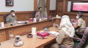 Gubernur DIY Sri Sultan Hamengku Buwono X, didampingi Sekretaris Daerah DIY Kadarmanta Baskara Aji dan Asekda Bidang Perekonomian dan Pembangunan DIY Tri Saktiyana melakukan Rapat Koordinasi tentang perencanaan 'Jogja Planning Gallery' dengan OPD terkait. (Foto: Humas SIY)