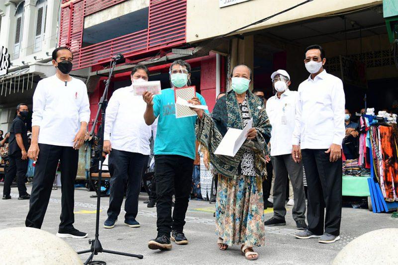Presiden Joko Widodo meresmikan peluncuran Program Penyaluran Bantuan Tunai Pedagang Kaki Lima dan Warung (BT-PKLW) di Malioboro, Yogyakarta, Sabtu 9 Oktober 2021. (Foto:Biro Pers, Media dan Informasi Sekretariat Presiden)