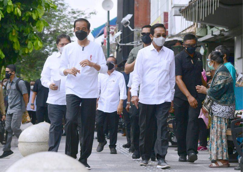 Presiden Joko Widodo mengawali kunjungan kerja di Yogyakarta pada Sabtu, 9 Oktober 2021, dengan menyapa masyarakat di kawasan Malioboro. (Foto:Biro Pers, Media dan Informasi Sekretariat Presiden)