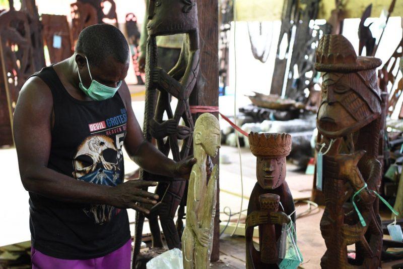 Ukiran kayu suku Kamoro hanya boleh dibuat oleh orang asli suku tersebut. Itulah sebabnya relatif susah menemukannya selain di daerah Papua, terutama Mimika.(Foto: Ryiadhy/InfoPublik)