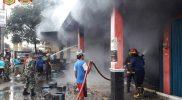Petugas berupaya memadamkan api yang membakar sejumlah ruko di Pasar Sukoharjo, Wonosobo, Kamis (30/9/2021). Tak ada korbanjiwa dalam kejadian ini. (Foto: Diskominfo Wonosobo)