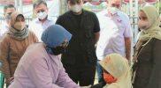 Bupati Kendal Dico M Ganinduto memantau pelaksanaan vaksinasi di Stadion Utama Kebondalem. (Foto:Diskominfo Kendal)