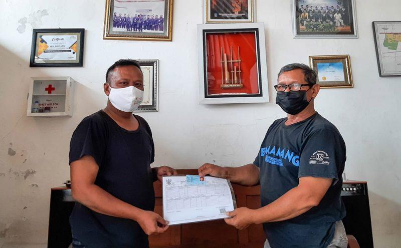 Dukuh Janti, Heri Sugiyarto, memfasilitasi pembaharuan Kartu Keluarga (KK) untuk Ketua RT/RW baru di Padukuhan Janti, Caturtunggal, Depok, Sleman. (Foto:Mc.Sleman)