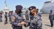 Panglima Komando Armada II Laksda TNI Iwan Isnurwanto mengucapkan selamat kepada 51 Perwira Menengah (Pamen) di lingkungan Koarmada II usai upacara kenaikan pangkat. (Foto:MC Diskominfo Prov Jatim)