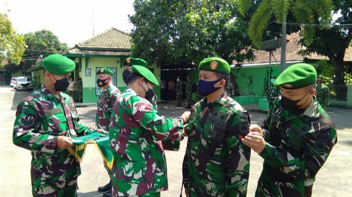 Komandan Kodim 0736/Batang Letkol Arh Yan Eka Putra melantik prajurit kenaikan pangkat di halaman Makodim Batang. (Foto:MC Batang)