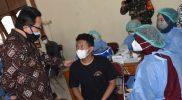 Heroe Poerwadi meninjau vaksinasi massal di halaman Masjid Al Furqon, Sorosutan, Umbulharjo, Kamis (30/9/2021). Pada kesempatan ini Wawali mengajak masyarakat yang memiliki komorbid agar segera periksa ke puskesmas dan bila memungkinkan lakukan vaksinasi. (Foto: Humas Pemkot Yogya)
