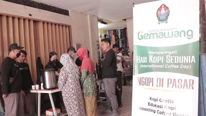 Peringati Hari Kopi Sedunia, para barista Sekolah Kopi Gemawang bagikan kopi gratis kepada pengunjung pasar. (Foto: MC.Temanggung)