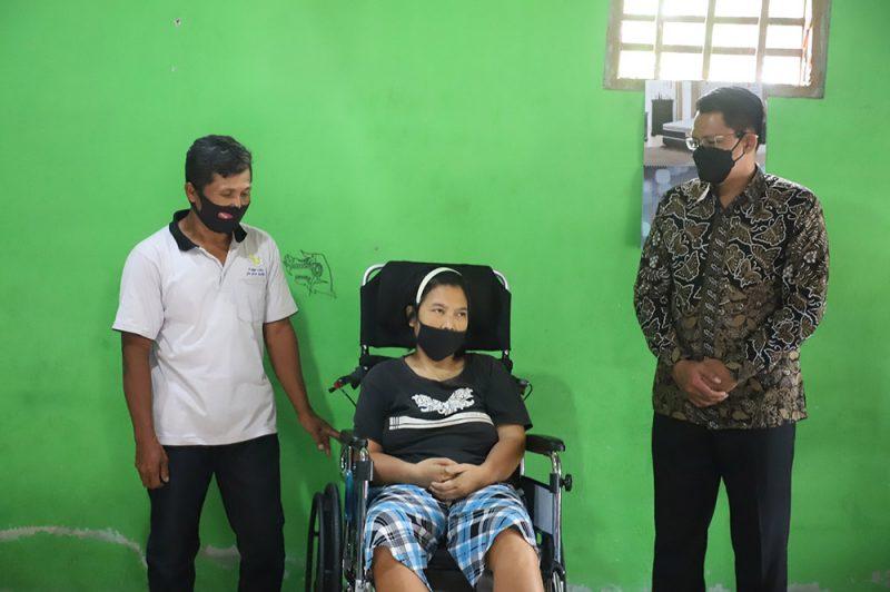 Danang Maharsa menyerahkan bantuan sosial berupa kursi roda kepada Suranti, warga Kujonsari, Tundan, Purwomartani, Kalasan, Sleman, yang mengalami Stroke. (Foto: Humas Sleman)