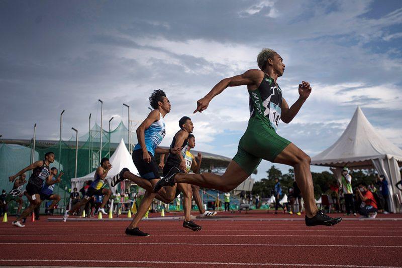 Sejumlah atlet beradu cepat pada final nomor Lari 200 meter Putra PON Papua di Stadion Atletik Mimika Sport Center, Kabupaten Mimika, Papua, Senin (11/10/2021). Dalam nomor ini Lalu Zohri berhasil meraih medali emas, sementara pelari Kalimantan Tengah Eko Rimbawan meraih medali perak dan pelari Bali I Dewa made Mudiyasa meraih medali perunggu. (ANTARA FOTO/Novrian Arbi/YU)