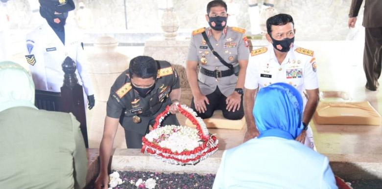 Ziarah di Makam Bung Karno dipimpin Pangdam V/Brawijaya, Mayjen TNI Suharyanto selaku Komandan Garnisun Tetap (Dankogartap) III Surabaya. (Foto:MC.Diskominfo Prov Jatim)