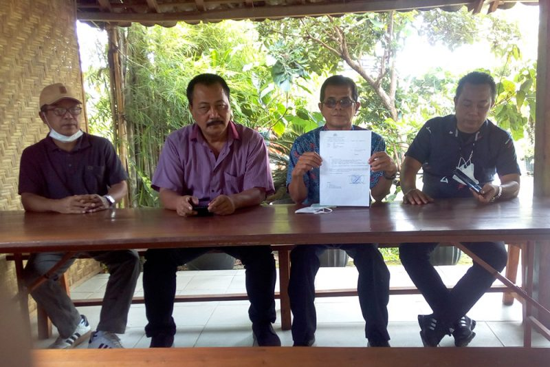 Dari kiri: Marsudi Waliyono, H Wisnu Aji Suryo Prabowo, Mardiharto dan Joni Santoso menunjukkan SP3 Polda DIY. (Foto: istimewa)