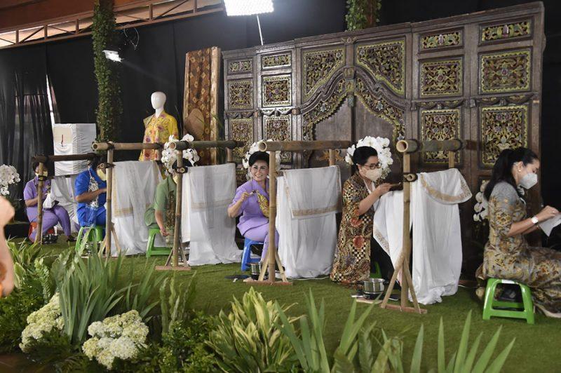 Para anggota Dharma Pertiwi membatik bersama secara serentak menandai peringatan Hari Batik Nasional 2021. (Foto: Puspen TNI)