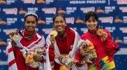 Pelari putri DKI Jakarta Odekta Elvina Naibaho (tengah), bersama pelari putri DKI Jakarta Tryaningsih (kiri) dan pelari Sulawesi Selatan Fitri (kanan) memperlihatkan medalinya saat pengalungan medali nomor lari 5.000 meter Putri PON Papua di Stadion Atletik Mimika Sport Center, Kabupaten Mimika, Papua, Selasa (5/10/2021). Odekta Elvina meraih medali emas sementara Tryaningsih meraih medali perak dan Fitri meraih medali perunggu. (ANTARA FOTO/Novrian Arbi/YU)