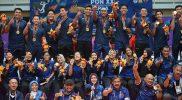 Sejumlah pebola voli putra dan putri Jawa Barat beserta ofisial berfoto bersama usai Upacara Penghormatan Pemenang Final Bola Voli Putra PON Papua di GOR Voli Indoor Koya Koso, Kota Jayapura, Papua, Selasa (12/10/2021). Tim bola voli putra Jawa Barat berhasil meraih medali emas usai mengalahkan DKI Jakarta pada partai final dengan skor 25-15, 25-19, 16-25 dan 25-15. ANTARA FOTO/Fauzan/wsj.