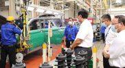 Menko Luhut turut mengunjungi PT SGMW (Wuling Motor Indonesia) di Karawang, Jawa Barat untuk mengetahui perkembangan produksi mobil listrik. (Foto:infopublik)