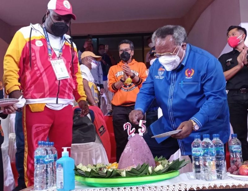 Bupati Mimika, Eltinus Omaleng memotong tumpeng perayaan HUT ke-25 Kabupaten Mimika. (Foto: Humas PPM)