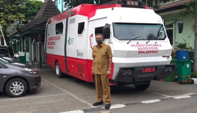 Walikota Haryadi Suyuti saat meninjau mobil Laboratorium Polymerase Chain Reaction (PCR) dari Kementerian Kesehatan RI. (Foto: Humas Pemkot Yogya)