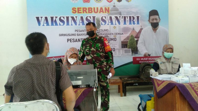 Sebanyak 186 Jamaah Muji Nabi Asuhan KH Munif Muhammad Zuhri menerima Program vaksinasi. (Foto:MC.Kab.Demak)
