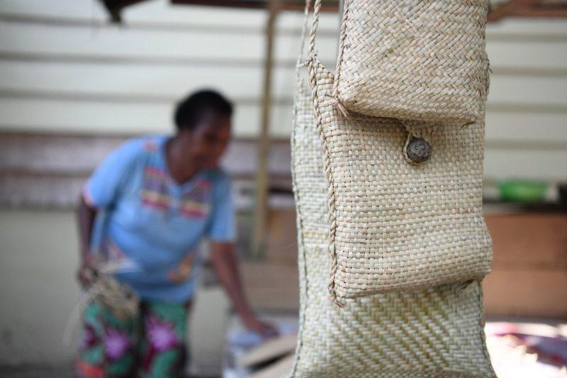Noken buatan mama-mama Kamoro cukup diminati konsumen. Menurut Emeliana hasil rajutanya lumayan laku selama PON Papua, khususnya di Klaster Mimika. (Foto: Ryiadhy InfoPublik).