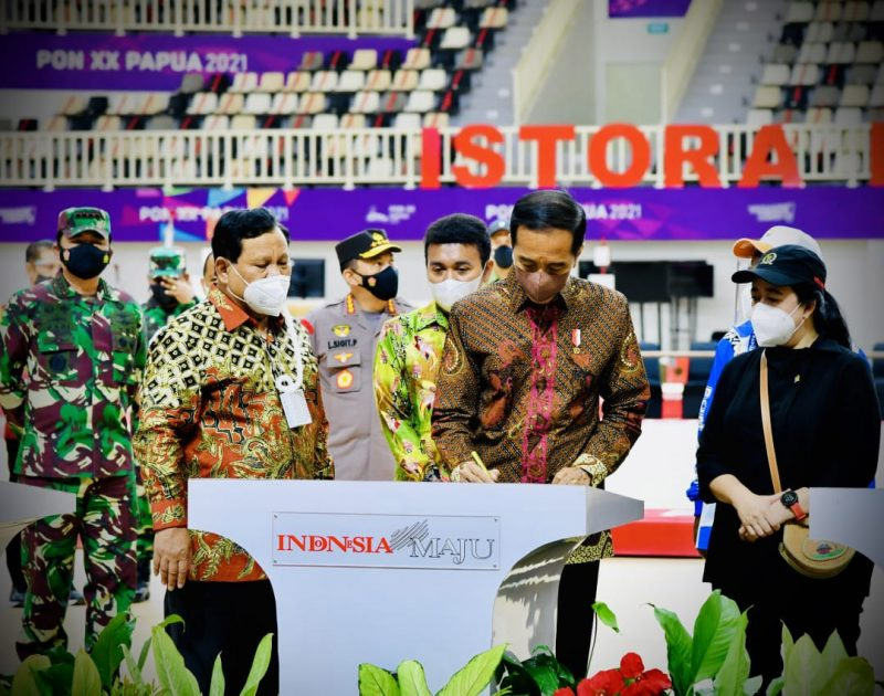 Panglima TNI Marsekal TNI Hadi Tjahjanto mendampingi Presiden Joko Widodo meresmikan tujuh arena pertandingan PON XX Papua Tahun 2021.(Foto: Puspen TNI)