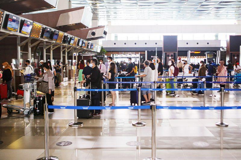 Calon penumpang pesawat melakukan lapor diri sebelum keberangkatannya di area Terminal 3 Bandara Internasional Soekarno Hatta, Tangerang, Banten, Selasa (21/9/2021). Kementerian Perhubungan menyatakan pintu masuk untuk penerbangan internasional hanya melalui Bandara Soekarno Hatta, Tangerang dan Bandara Sam Ratulangi, Manado sebagai pencegahan penyebaran varian Mu (B.1.621) masuk ke Indonesia melalui simpul-simpul transportasi yang melayani rute internasional. (ANTARA FOTO/Fauzan/aww)