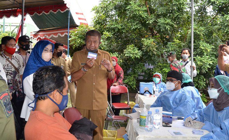 Walikota Yogyakarta Haryadi Suyuti saat meninjau meninjau vaksinasi Covid-19 di Kelurahan Giwangan. (Foto: Humas Pemkot Yogya)