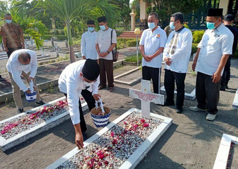Ketua DPW PKS DIY, Agus Mas'udi dan jajaran pengurus DPW PKS DIY saat ziarah ke makam Brigjen Katamso dan Kolenel Sugiyono di TMP Kusumanegara. (Foto:Istimewa)