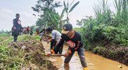 Normalisasi sungai Mampir yang dilakukan relawan Sorban Wali Putih bersama Pemerintah Desa Kepuh, Forkopimcam Limpung dan Masyarakat. (Foto: MC Batang)