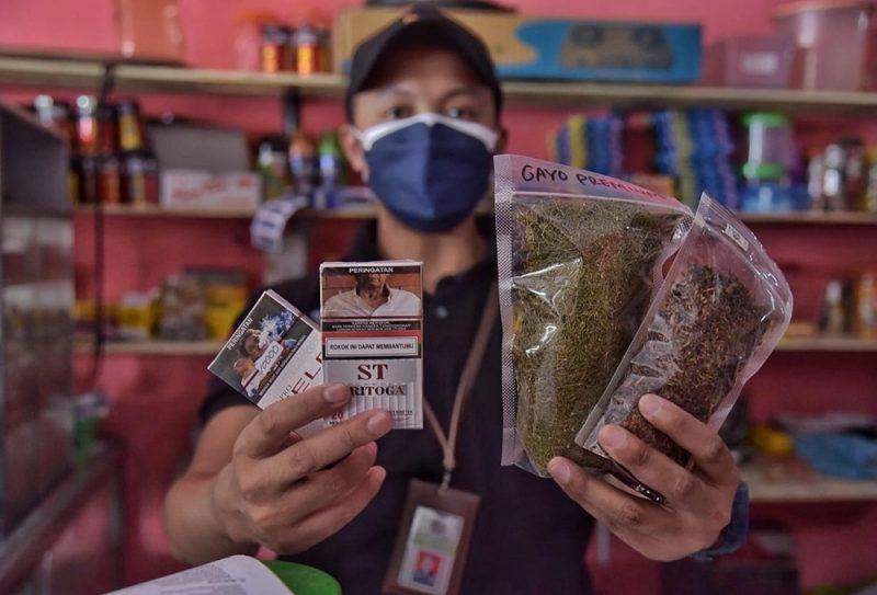 Petugas menyita 20 bungkus rokok dan 39 tembakau iris yang di bungkus kemasan 50 Gram dan tidak dilekati pita cukai dari dua toko kelontong yang berada di wilayah Kapanewon Kalasan. (Foto: MC Sleman)