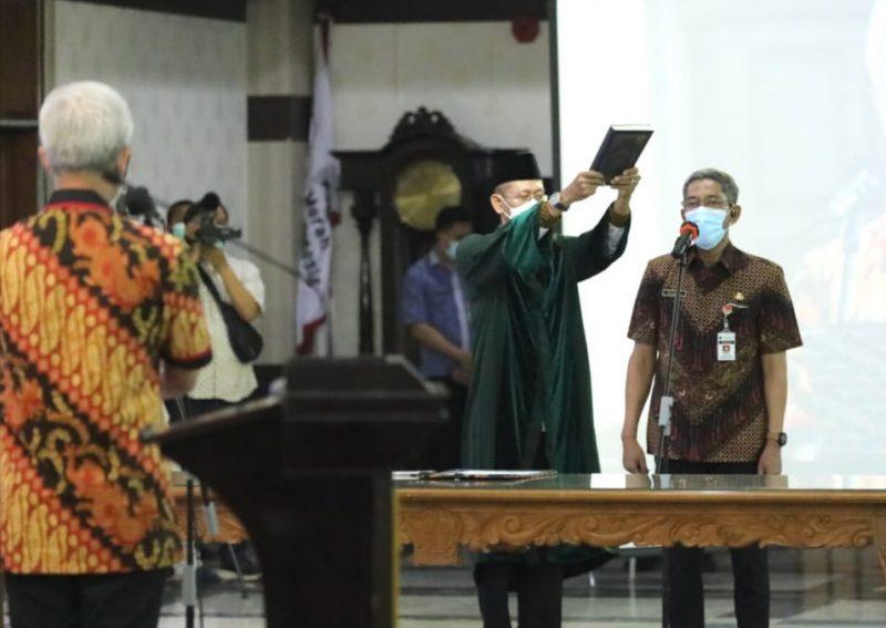 Ganjar melantik Kepala Badan Pengelola Keuangan dan Aset Daerah (BPKAD) Jateng, Sumarno sebagai Sekda Jateng definitif. (Foto: Humas Jateng)