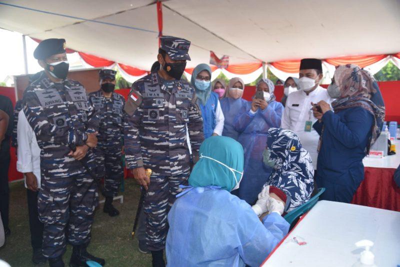 Pangkoarmada II Laksda TNI Dr. Iwan Isnurwanto,S.H.,M.A.P,M.Tr.(Han) meninjau pelaksanaan Serbuan Vaksinasi di Sidoarjo. (Foto: MC Diskominfo Prov Jatim)