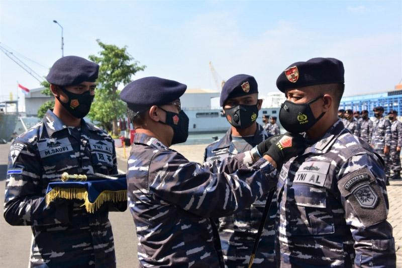 Dansatkor Koarmada II Kolonel Laut (P) Heri Triwibowo, S.E. memimpin acara Sertijab Komandan KRI Oswald Siahaan (OWA-354) dan Komandan KRI Frans Kaisiepo (FKO-368) yang dilaksanakan secara sederhana dengan memperhatikan aturan pertokol kesehatan, Rabu (13/10/2021). (Foto:MC Diskominfo Prov Jatim)