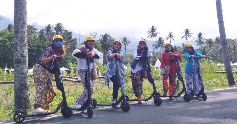 Sekelompok penyiar radio di Magelang naik skuter listrik sekaligus promosi batik dan wisata seputaran Candi Borobudur. (Foto:Humas/beritamagelang)