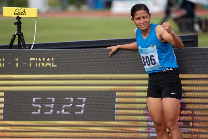 Pelari Sumatera Selatan Sri Mayasari berselebrasi usai mencapai garis finis dalam final lari 400 meter putri PON Papua di Stadion Atletik Mimika Sport Center, Kabupaten Mimika, Papua, Selasa (12/10/2021). Sri Mayasari meraih medali emas sekaligus memecahkan rekor nasional dan PON dengan catatan waktu 53,22 detik, sementara pelari DI Yogyakarta Rahma Annisa meraih medali perak serta pelari Bali Dewi Ayu Agung Kurniy meraih medali perunggu. ANTARA FOTO/Aditya Pradana Putra/tom.